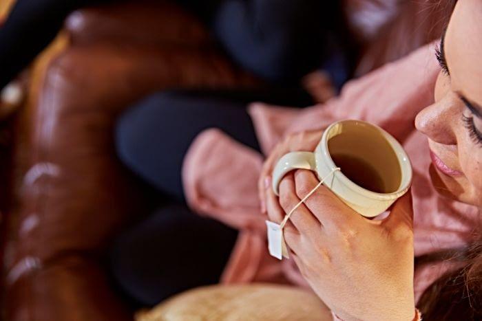 ceai forever living products servit de o femeie