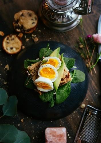 Pranz cu ou si pui pe pat de vegetale